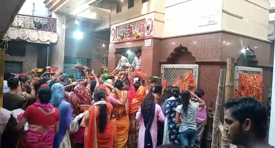 बारादेवी मंदिर में भक्तों की भारी भीड़।
