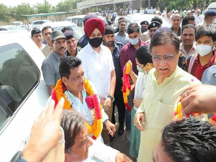 गोविंद कांडा का स्वागत करते भाजपा प्रदेशाध्यक्ष ओमप्रकाश धनखड़।