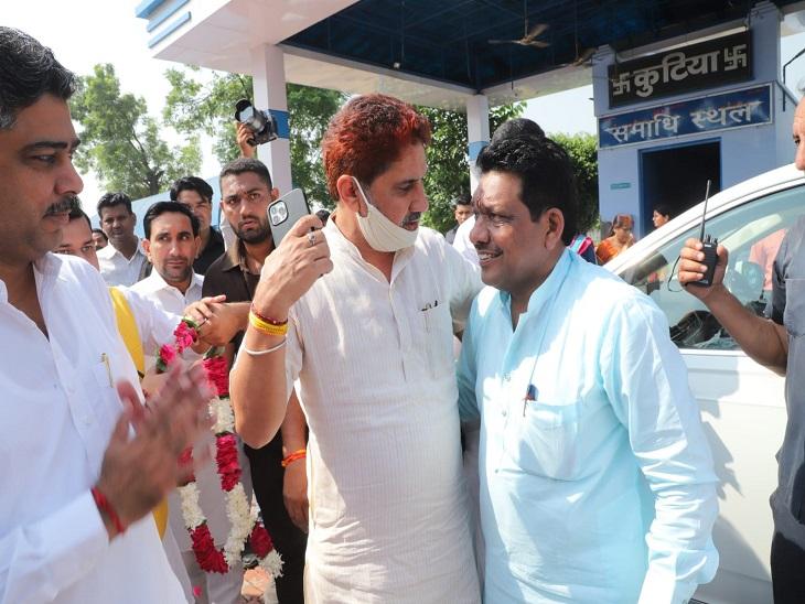 गोविंद कांडा का स्वागत करते भाजपा के पूर्व प्रदेशाध्यक्ष सुभाष बराला।