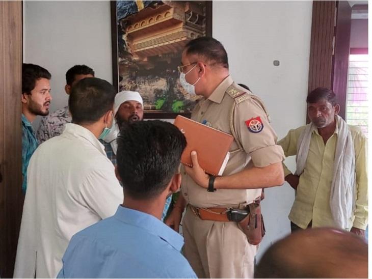 हादसे को लेकर पूछताछ करती पुलिस। - Dainik Bhaskar