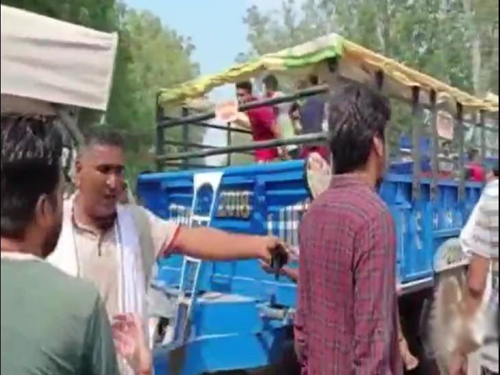 घटना के बाद किसानों ने ट्रैक्टर-ट्रॉली सड़क पर खड़ी कर जाम लगाया।