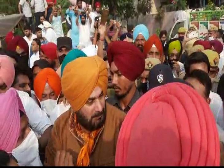 सहारनपुर में काफिले के साथ कांग्रेस नेता नवजोत सिंह सिद्धू