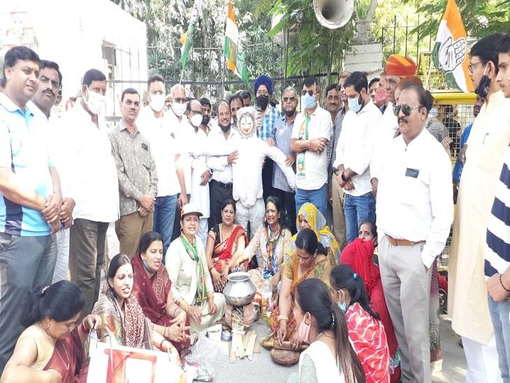 पेट्रोल-डीजल और रसोईगैस की बढ़ती कीमतों के विरोध में PM का पुतला फूंका, सड़क पर बैठकर चूल्हे पर खाना बनाया|उदयपुर,Udaipur - Dainik Bhaskar