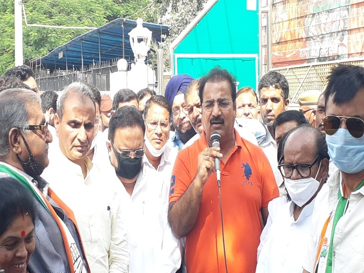 प्रदर्शन में मौजूद प्रताप सिंह खाचरियावास और डॉ. रघु शर्मा।