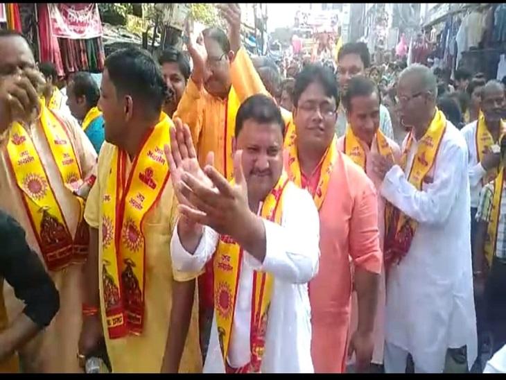 आजमगढ़ में अग्रसेन जयंती के अवसर पर शोभा यात्रा में शामिल भक्त डांस करते हुए। - Dainik Bhaskar
