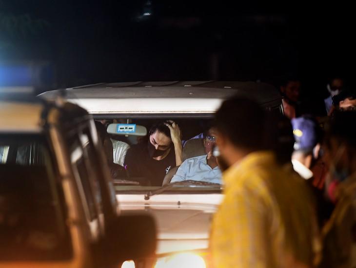आर्यन की यह तस्वीर अदालत के फैसले के बाद की है। NCB ऑफिस जाने के दौरान भी आर्यन परेशान नजर आये।