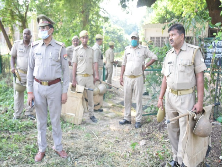 आजाद पार्क में दोपहर शुरू अतिक्रमण हटाने की कार्रवाई देर रात तक जारी रही। - Dainik Bhaskar