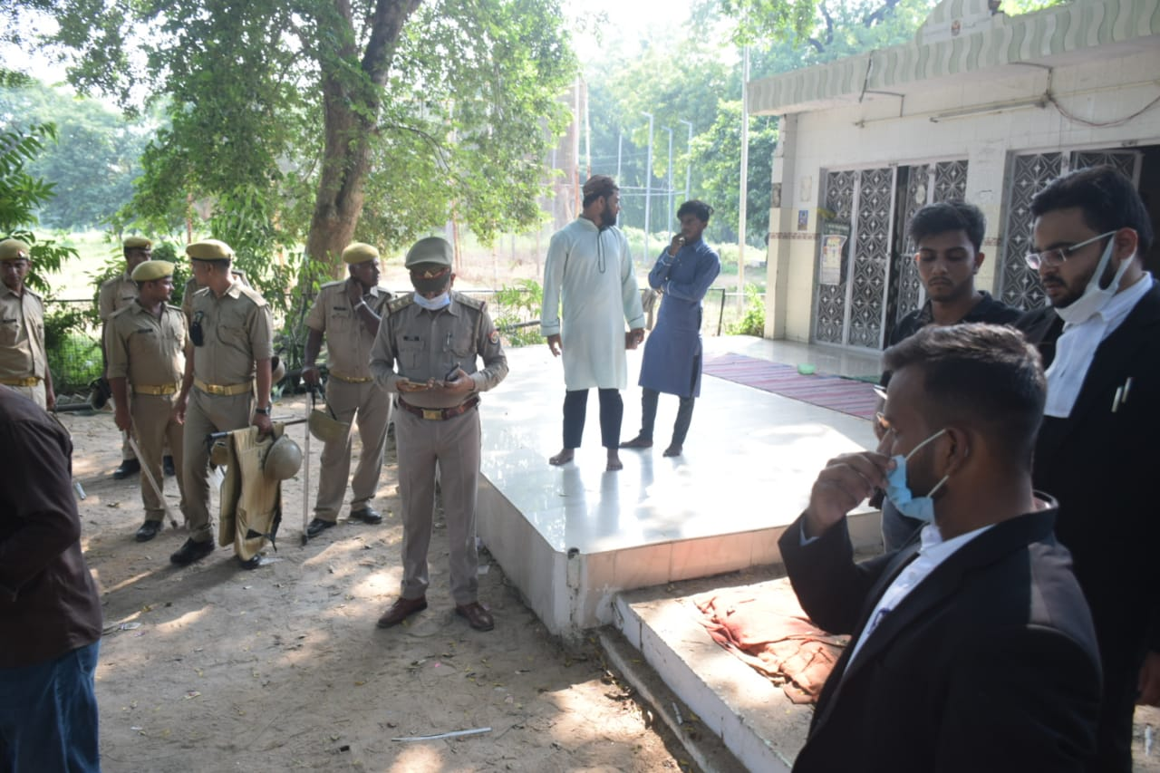 आजाद पार्क के अंदर भी मौजूद रही पुलिस फोर्स।