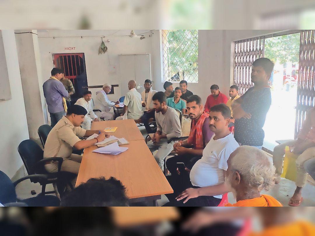 थाना में शांति समिति की बैठक करते थानाध्यक्ष दीपक कुमार झा व अन्य। - Dainik Bhaskar
