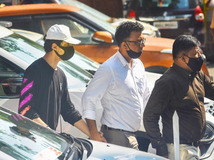 आर्यन की यह तस्वीर उन्हें NCB ऑफिस से अदालत ले जाने के दौरान की है। इसमें आर्यन ने ब्लैक रंग की स्वेटशर्ट और सफेद रंग की टोपी पहनी थी। - Dainik Bhaskar