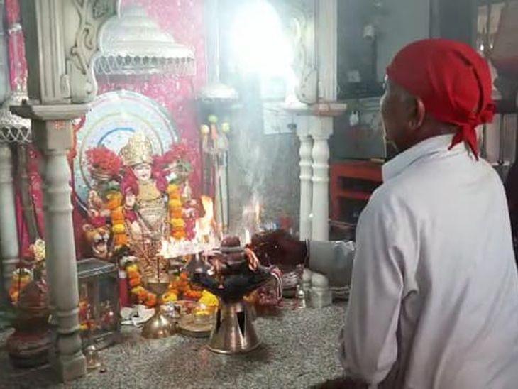 अम्बे माता मंदिर में आरती करते पुजारी।