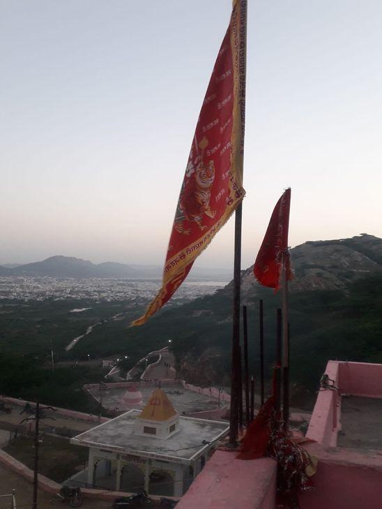 पहाड़ी पर स्थित चामुंडा माता मंदिर।