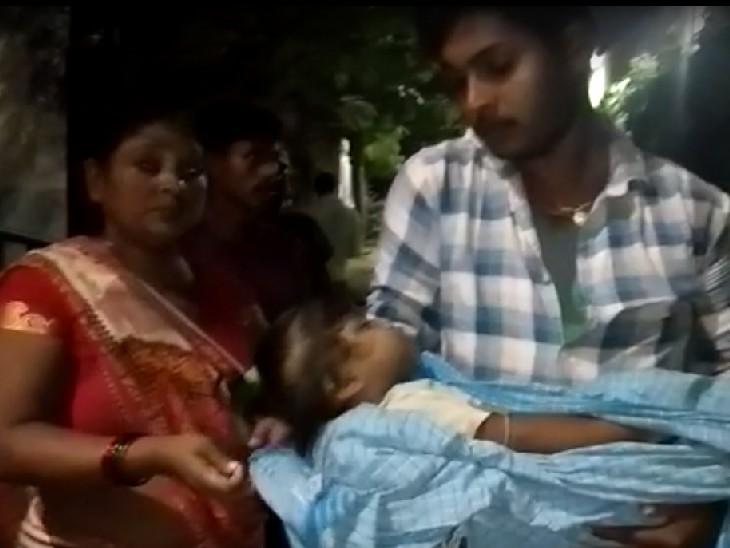 परिजनों के हाथों में बच्चे का शव। - Dainik Bhaskar