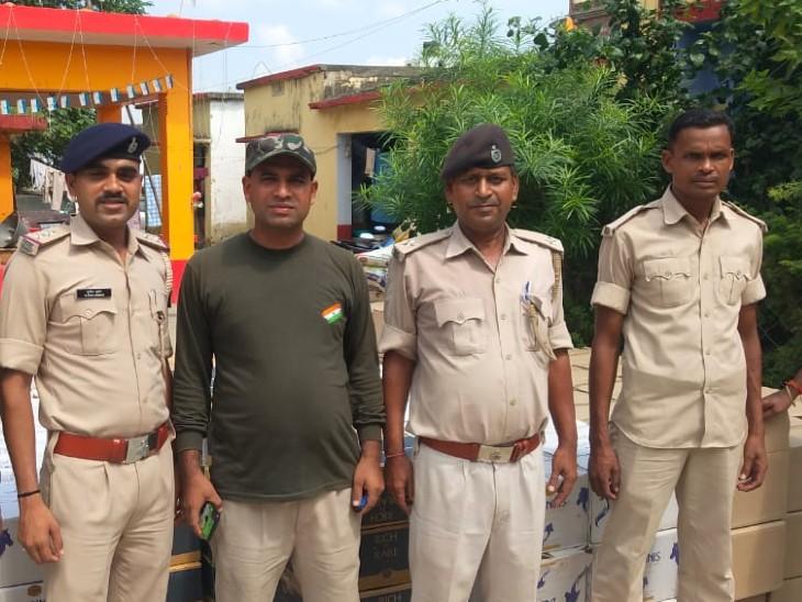 जब्त शराब के साथ पुलिस टीम। - Dainik Bhaskar