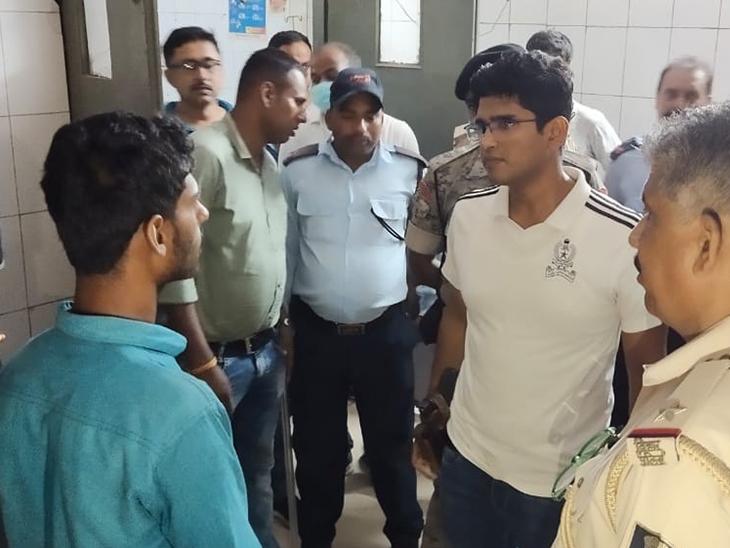 उपचालक से घटना की जानकारी लेते सदर एसडीपीओ। - Dainik Bhaskar