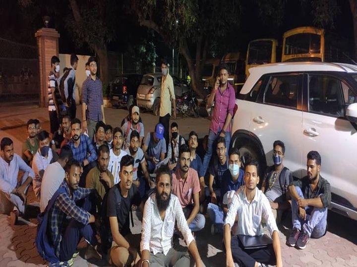 BHU में फिर से माहौल तनावपूर्ण, LBS के छात्र धरने पर बैठे, वार्डेन पर लगाया जबरन वसूली का आरोप|उत्तरप्रदेश,Uttar Pradesh - Dainik Bhaskar