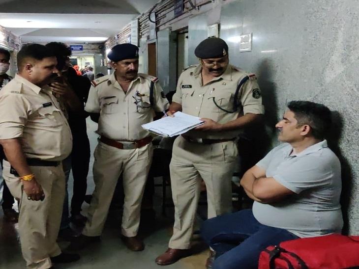 देर रात अस्पताल पहुंची पुलिस की टीम।