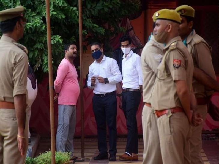 श्री बाघंबरी गद्दी मठ में सीबीआई ने करीब 3 घंटे तक गहन छानबीन की और फिर वापस चली गई।