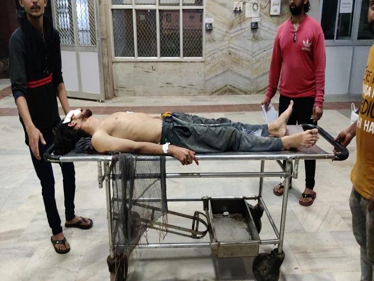 हमले में घायल युवक। - Dainik Bhaskar