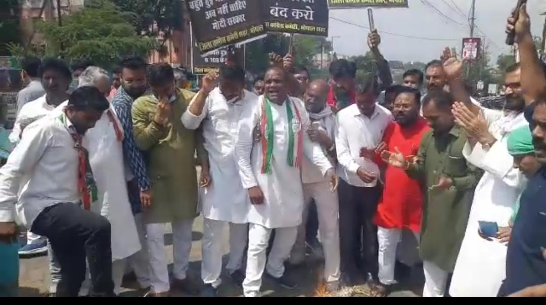 पेट्रोल-डीजल और सिलेंडर के बढ़ते दामों के खिलाफ कांग्रेस ने महंगाई का पुतला जलाया ; कैलाश मिश्रा बोले- अहंकारी सरकार को जनता जवाब देंगी|भोपाल,Bhopal - Dainik Bhaskar