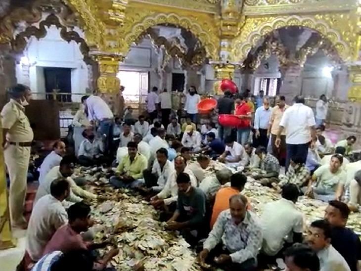 श्री सांवलियाजी मंदिर में दूसरे दिन नोटों की गिनती करते हुए।
