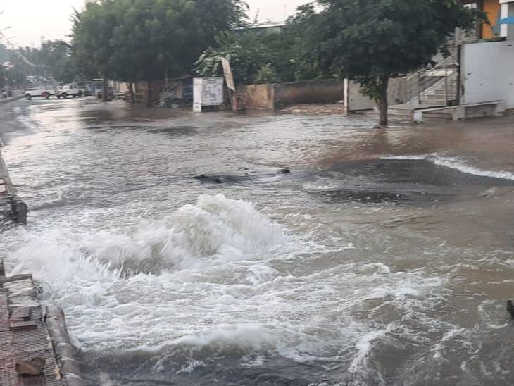 आदर्श नगर के निकट टूटी पाइप लाइन, सड़क पर पानी ही पानी, 20 फीट चौड़ा हुआ गढ्ढा; मरम्मत को लेकर कवायद शुरू|अजमेर,Ajmer - Dainik Bhaskar