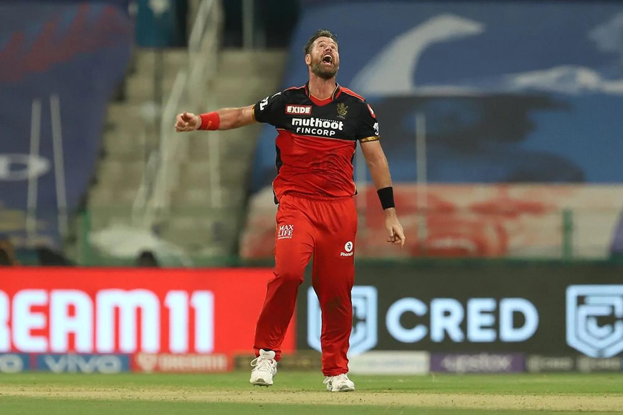 जब बारी आई बॉलिंग की तो डैन क्रिश्चियन ने 3 ओवर में सिर्फ 14 रन खर्च कर के 2 विकेट भी झटके।