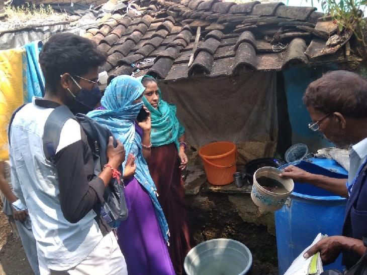 सर्वे के दौरान डेंगू के लार्वा की जांच करती टीम। - Dainik Bhaskar