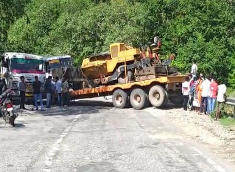 चट्टान से टकरा ट्रोला दो भागों में बंटा, चालक को आई मामूली चोटे; मौके पर लगा लंबा जाम पाली,Pali - Dainik Bhaskar