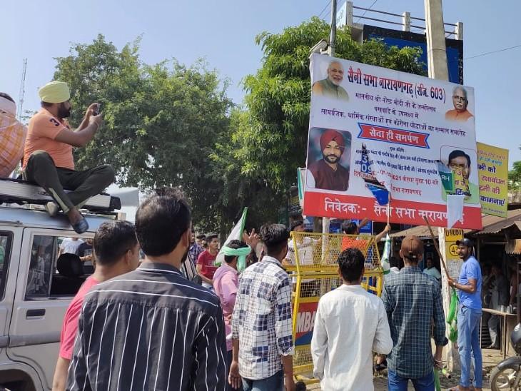 नारायणगढ़ में बीजेपी के होर्डिंग फाड़ते किसान संगठनों के सदस्य।