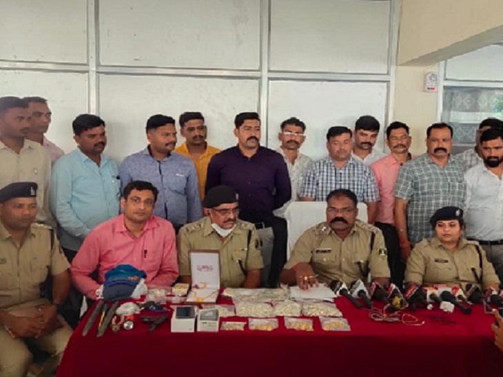 आरोपियों से करीब 60 लाख के गहने, 3 लाख रुपए, 2 मोबाइल और 3 बाइक बरामद की है।