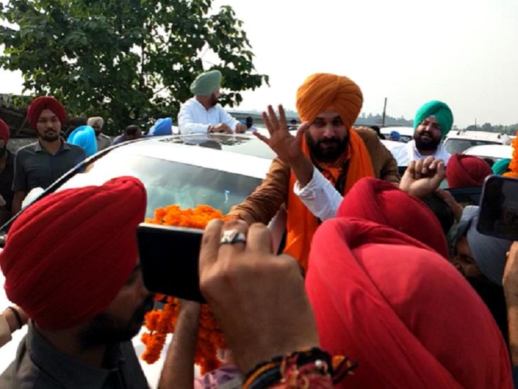 नवजोत सिंह सिद्धू कार से उतर कर कार्यकर्ताओं का अभिनंदन करते हुए