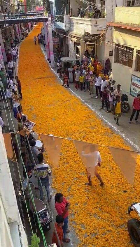 जुमेराती में देव मां काली के स्वागत में सड़कों पर बिछाएं फूल, मार्ग को सजाया, सलकनपुर पैदल यात्रा शुरू|होशंगाबाद,Hoshangabad - Dainik Bhaskar