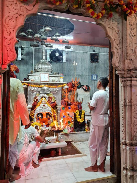 चामुंडा माता मंदिर में आरती करते पुजारी।
