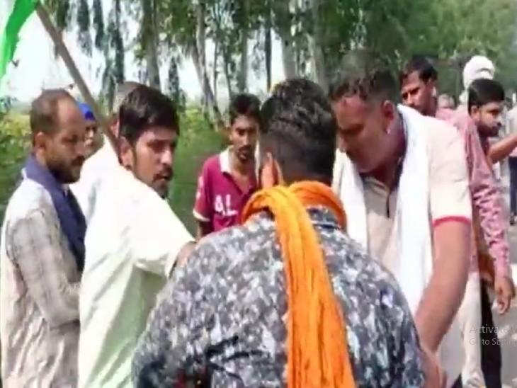 सड़क बंद करने पर किसानों की वहां से गुजर रहे लोगों से बहस भी हो गई। - Dainik Bhaskar