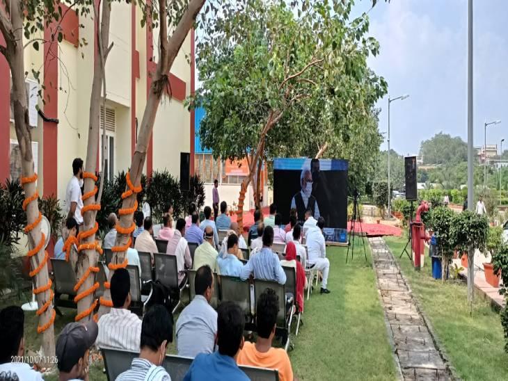 वाराणसी स्थित काशी हिंदू विश्वविद्यालय के सेंटर परिसर में ऑनलाइन कांफ्रेंस करके ऑक्सीजन प्लांट का उद्घाटन किया।