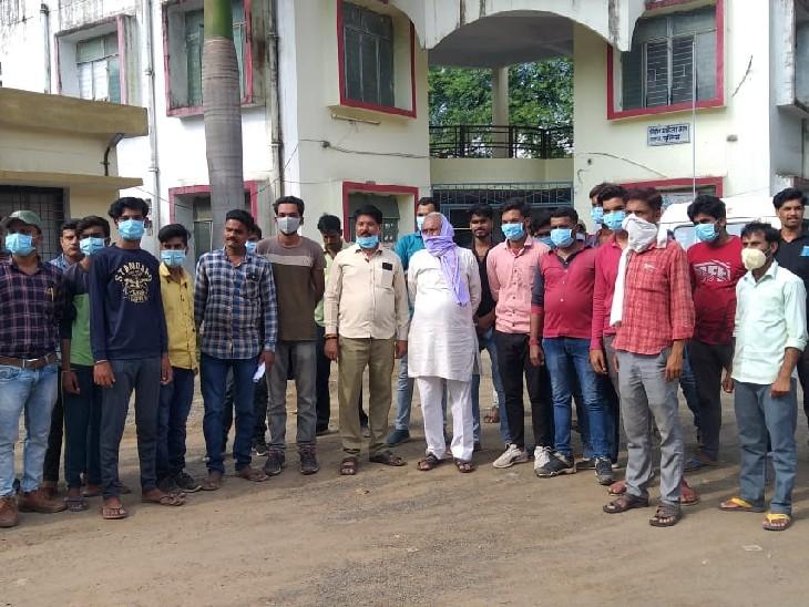 ग्रामीणों ने पुलिस थाने पहुंचकर शिकायत की, बोले- अवैध शराब बेचने वाले झूठे मामले में फंसाने की देते है धमकी|सागर,Sagar - Dainik Bhaskar