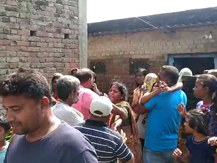 मृतक की पत्नी का ढांढस बंधाते ग्रामीण। - Dainik Bhaskar