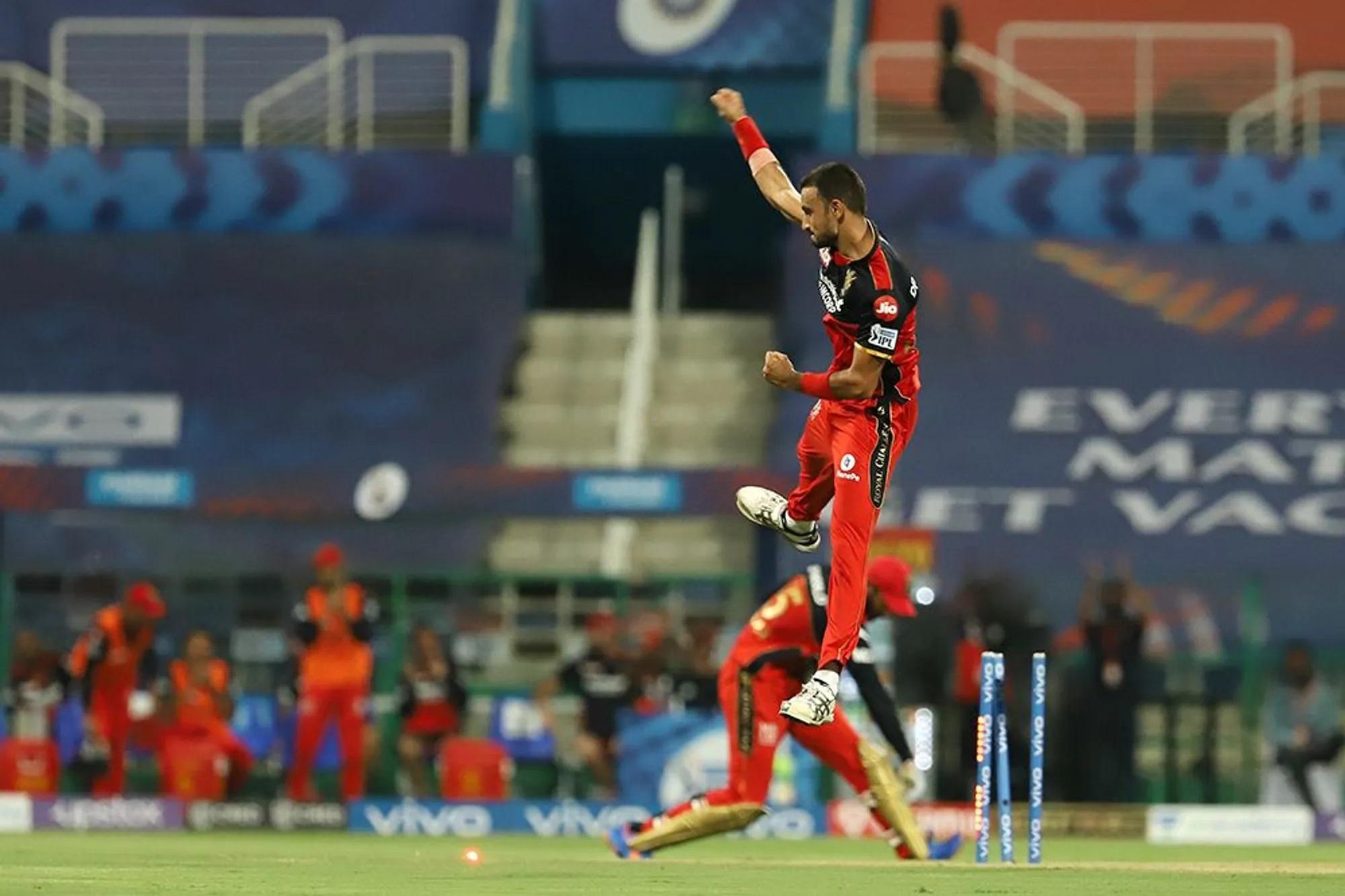 हवा में 2 फीट ऊपर उछले ये बॉलर हैं हर्षल पटेल। अनकैप्ड प्लेयर हैं। अनकैप्ड जानते हैं न? वो खिलाड़ी जिसने कभी किसी देश के लिए नहीं खेला हो, लेकिन इस खिलाड़ी ने अब तक IPL 2021 में सबसे ज्यादा विकेट लिए हैं। पर्पल कैप्ड बने हुए हैं। बृहस्पतिवार के मैच में इन्होंने 4 ओवर में 33 रन देकर 3 विकेट लिए।