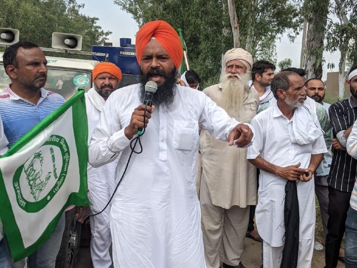 घटना के बाद लोगों को संबोधित करता किसान नेता।