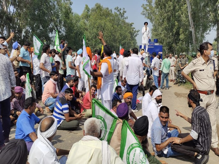 पुलिस के तुरंत कार्रवाई की मांग पर धरना देते किसान और मौजूद पुलिसकर्मी।