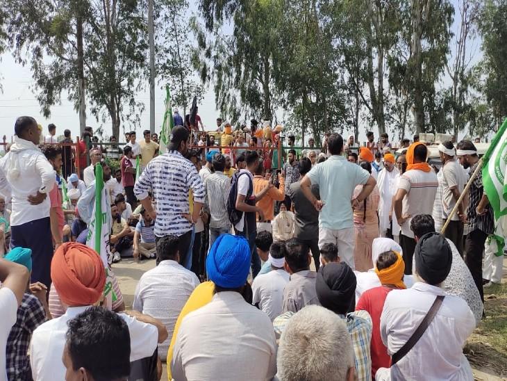 किसान बीजेपी सांसद पर कार्रवाई की मांग पर अड़े हुए हैं।