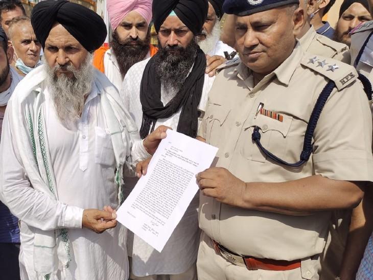 पुलिस को शिकायत सौंपते किसान नेता।