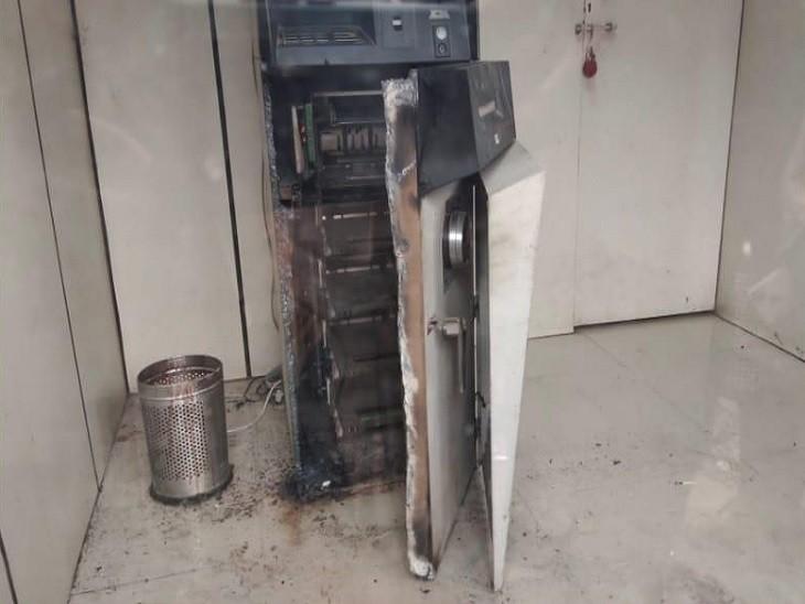 इसी ATM को काटकर लूटेरों ने कैश निकाल लिया था। - Dainik Bhaskar