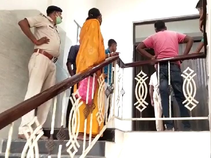 पैसे निकासी के लिए बैंक जा रहे थे, हाईवे पर अपराधी ने पेट में 2 गोली मारी; हालत गंभीर|बेगूसराय,Begusarai - Dainik Bhaskar