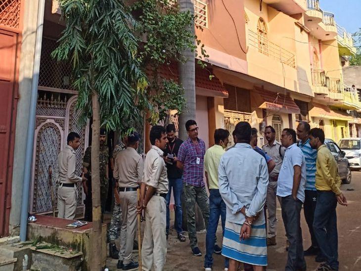 माधुरी शरण भार्गव ने घर का दरवाजा ही नहीं खोला। टीम को छत के रास्ते जाना पड़ा।