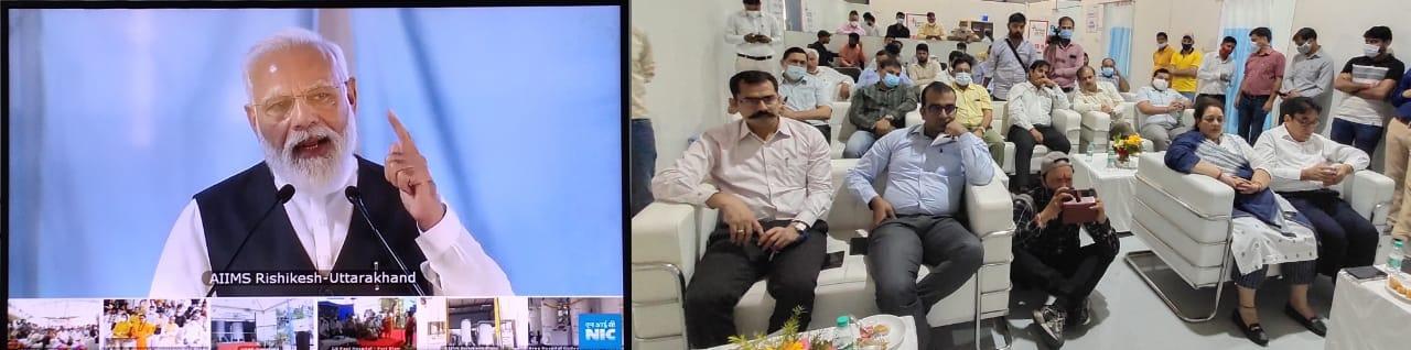 प्रधानमंत्री का संबोधन सुनते अधिकारी । - Dainik Bhaskar