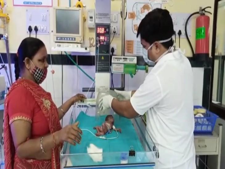 टोंक आईसीयू में नवजात बच्ची का उपचार करते डॉक्टर।