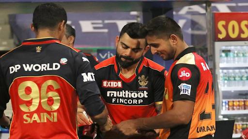 कोहली ने सनराइजर्स हैदराबाद के तेज गेंदबाज उमरान मलिक की जर्सी पर ऑटोग्राफ दिया।