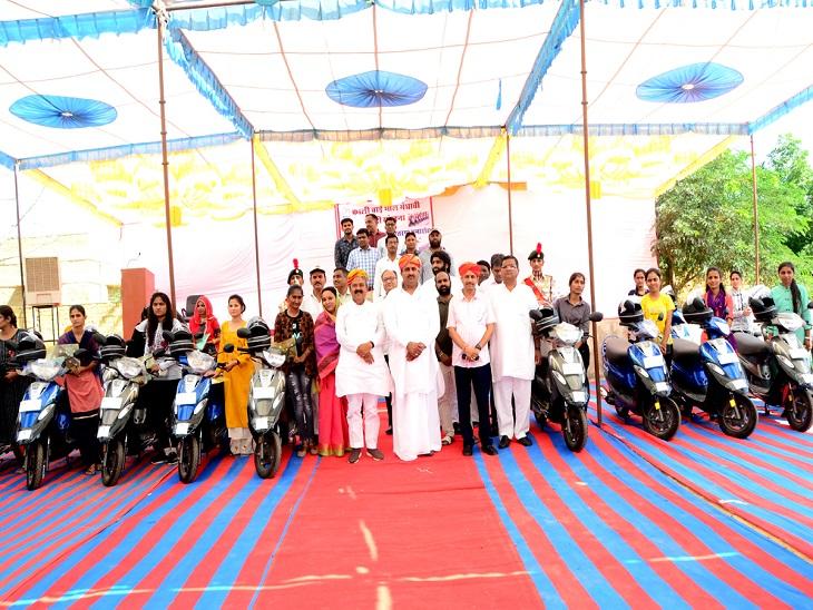 जैसलमेर की 19 मधावी छात्राओं को मिली स्कूटी, कैबिनेट मंत्री ने स्कूटी देकर ब्राइट फ्यूचर के लिए दुआएं कीं|जैसलमेर,Jaisalmer - Dainik Bhaskar